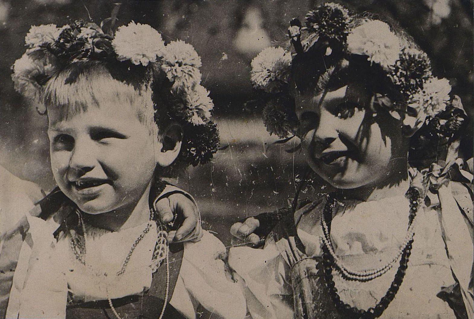 01. Дети в украинских костюмах. 1 мая 1934