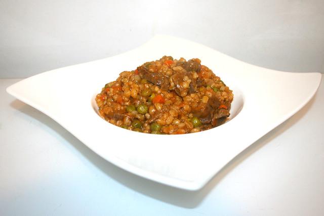 30 - Hearty beef barley stew - Side view / Herzhafter Rinder-Perlgraupen-Eintopf - Seitenansicht