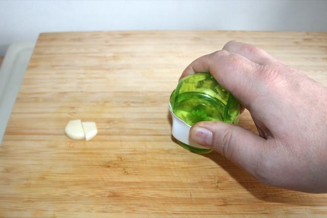 04 - Knoblauch zerkleinern / Mince garlic