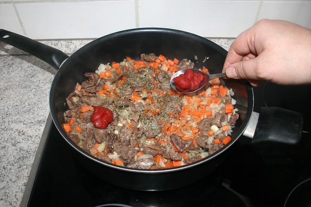 14 - Tomatenmark dazu geben / Add tomato puree