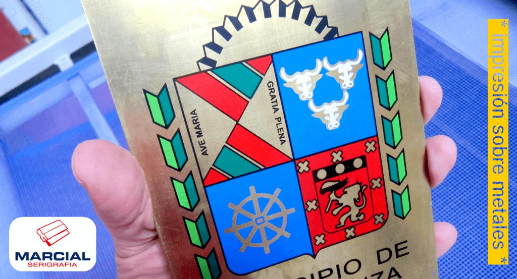 """Impresión en serigrafía sobre Latón color dorado. Impreso a 5 colores para el """"Municipio de la Matanza"""". Trabajo impreso por Marcial Serigrafia."""