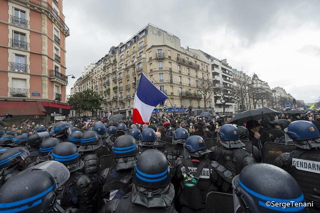 Les gilets jaunes défilent à Paris pour leur acte 70