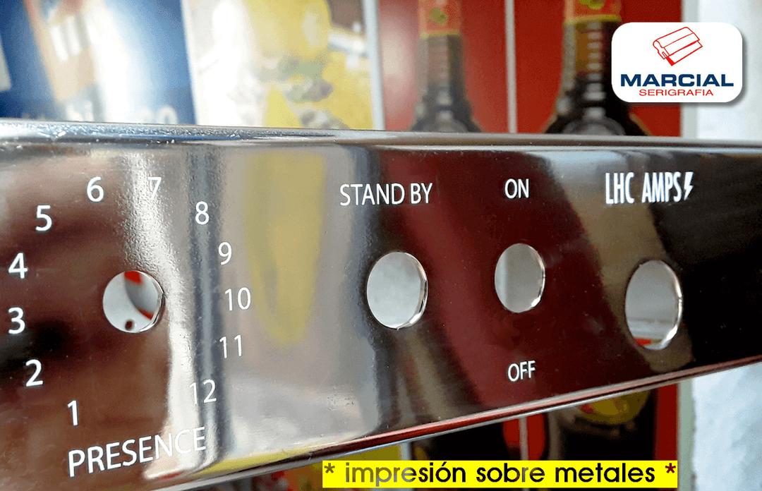 Acero cromado impreso a 1 color en serigrafía para la fábrica de amplificadores de guitarra LHC Amps, Impreso por Marcial Serigrafía.