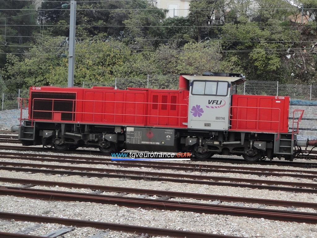 Une locomotive thermique Vossloh G1206 (la BB 61746 VFLI) en gare d'Aubagne-en-Provence