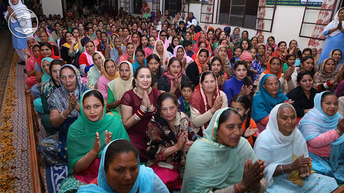 Devotees enjoying holy glimpses