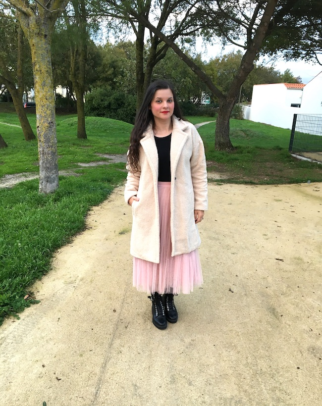Look en manteau mouton, jupe tutu rose et bottines à lacets
