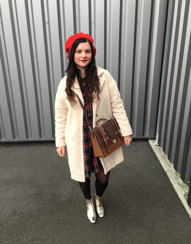Look en manteau mouton, robe tartan, béret rouge et bottines dorées