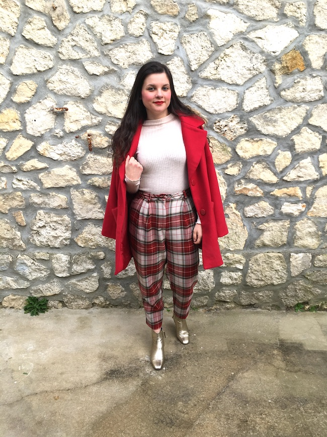 Look en manteau rouge, pantalon à carreaux et bottines dorées