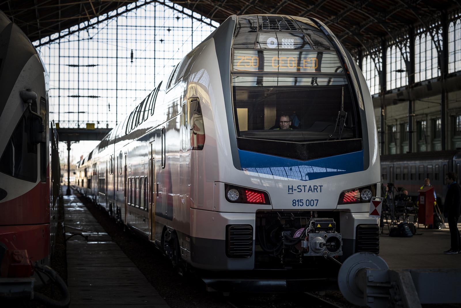 Forgalomba állt az első magyar emeletes vonat