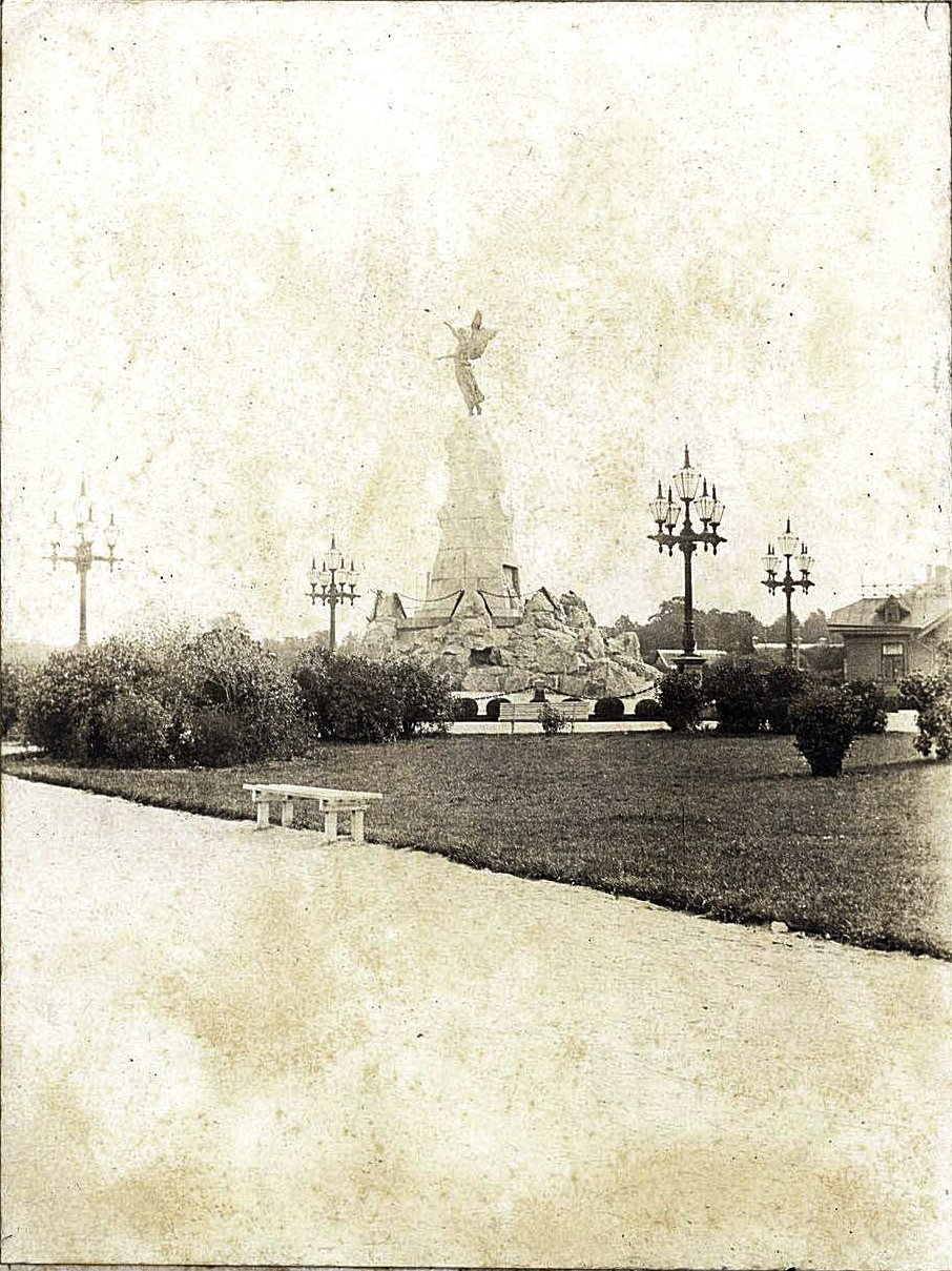 20. Сквер у памятника