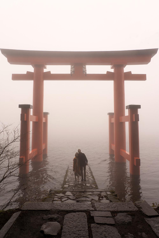 07hakone-japan-shrine-torii-lakeashi-travel