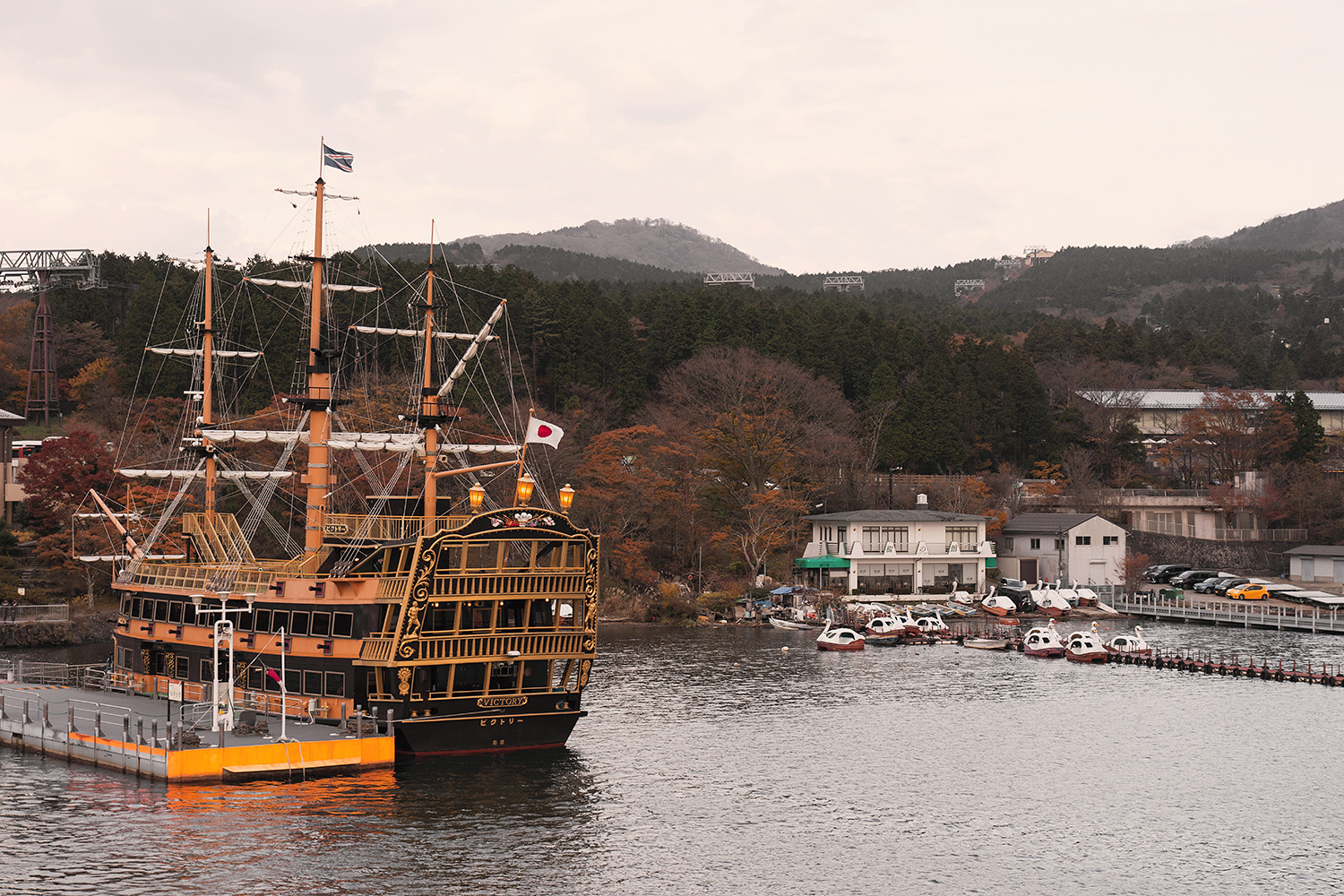 06hakone-japan-lakeashi-pirateship-travel