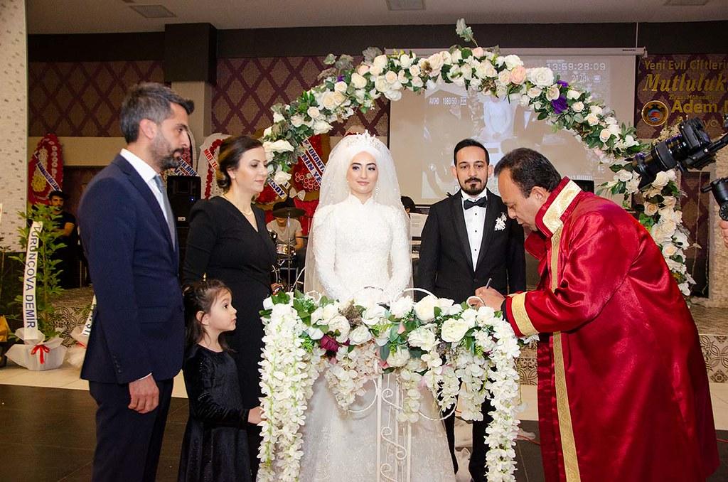 Bedia Çapak - Nevzat Çelik'in nikahında Erdal Kocaman ve Bedia Yönet nikah şahitliği yaptılar.