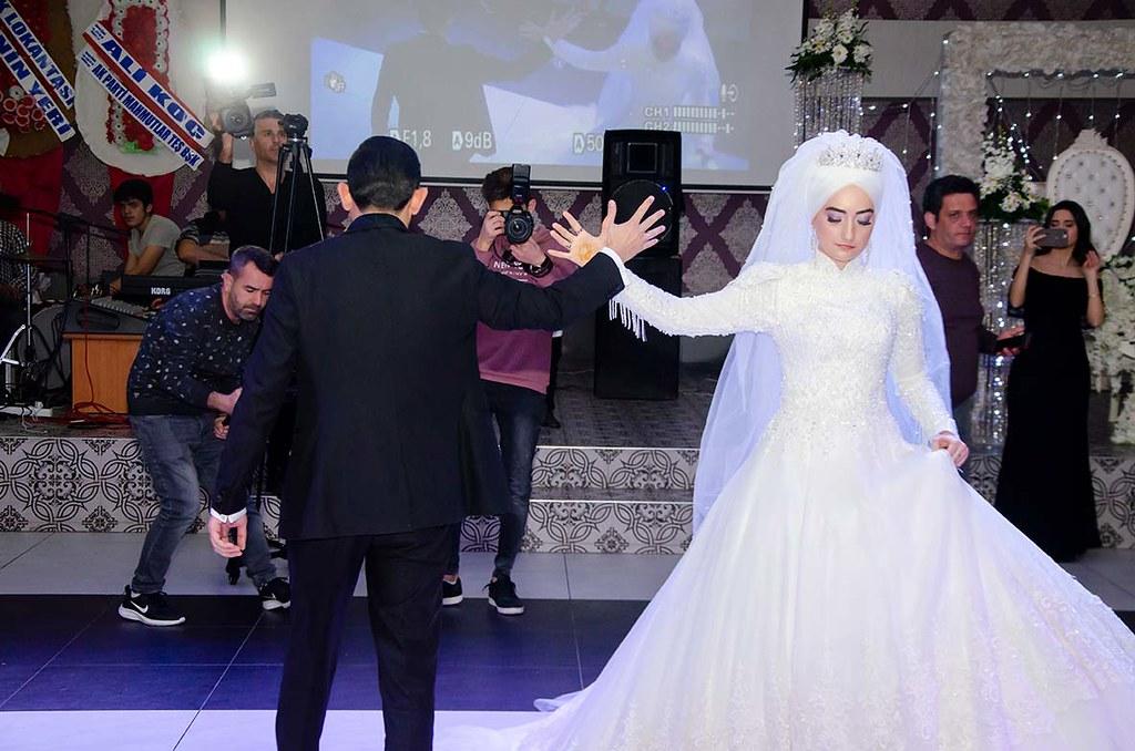 Gelin Bedia Çapak ve damat Nevzat Çelik'in zeybek gösterisi beğeni topladı.