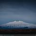 """Un filo di luce sulla cima innevata dello Snæfell la montagna citata nel libro """"Viaggio al centro della terra"""" di Jules Verne"""