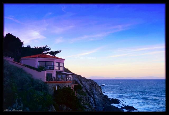 Fin de journée dans la belle maison sur la falaise