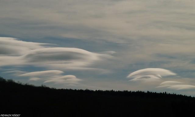 nuages lenticulaires dans le ciel jurassien du côté de Salins Les Bains