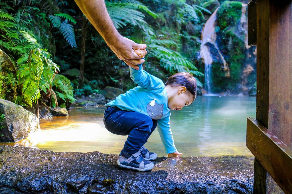 Tocando el agua en la poza de la cascada de Caldeira Velha