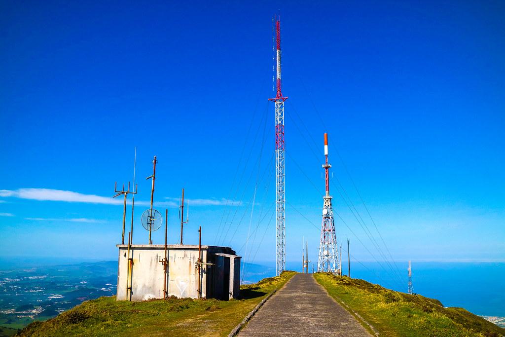 Antenas proximas al Miradouro Pico da Barrosa, mejor vista del Lagoa do Fogo