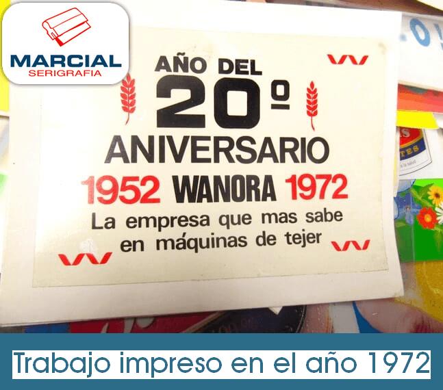 """Calcomanía impresa en el año 1972 por el 20º Aniversario de la empresa """"Wanora"""", fabricante de las máquinas de tejer. Trabajo encargado por la fábrica Wanora a Marcial Serigrafia."""