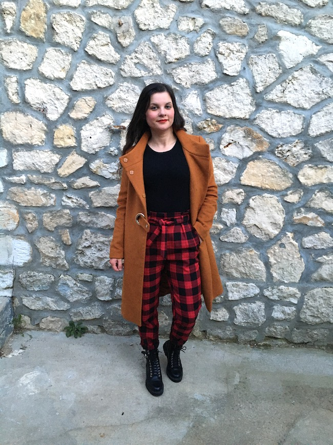 Look en manteau marron et pantalon tartan