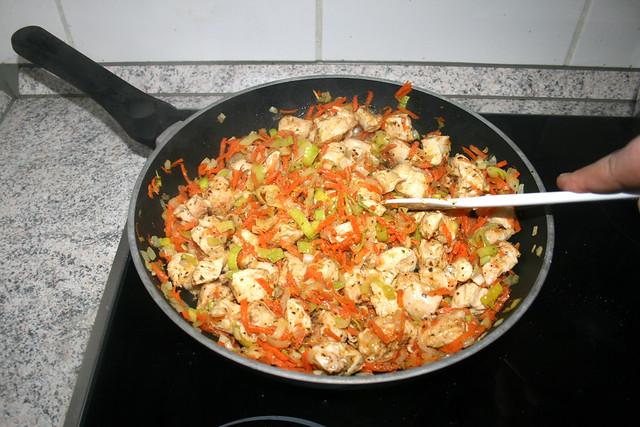 23 - Hähnchenbrustwürfel durchbraten / Cook chicken dices well