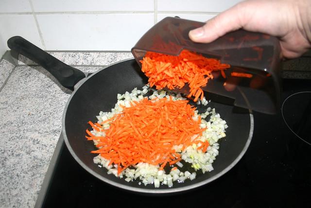 16 - Geriebene Möhren hinzufügen / Add crated carrots