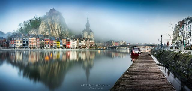 La Meuse et Dinant sous un épais brouillard