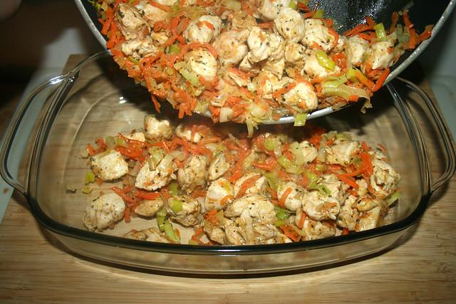 24 - Pfanneninhalt in Auflaufform geben / Put pan content in casserole