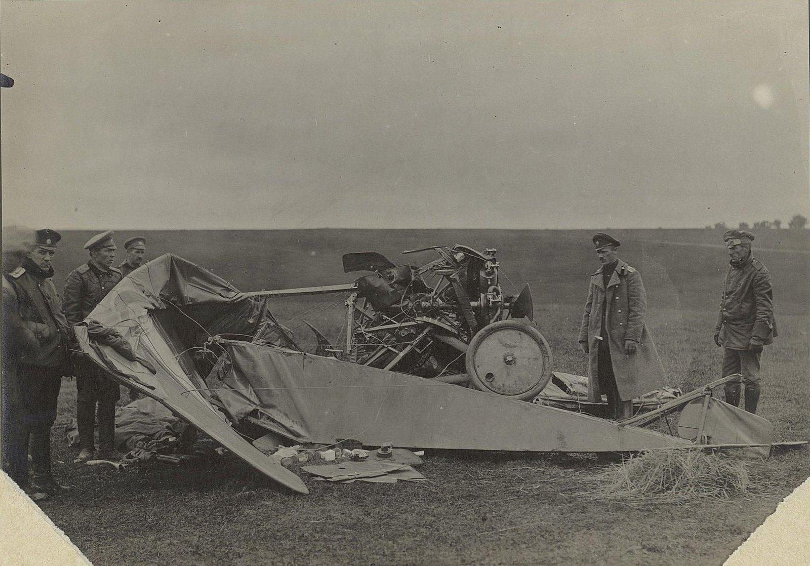 19. 1916. Группа военных возле разбитого самолёта. 17 сентября