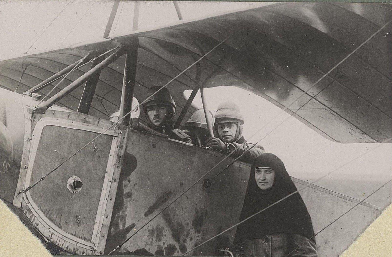 08. Двое лётчиков и сестра милосердия
