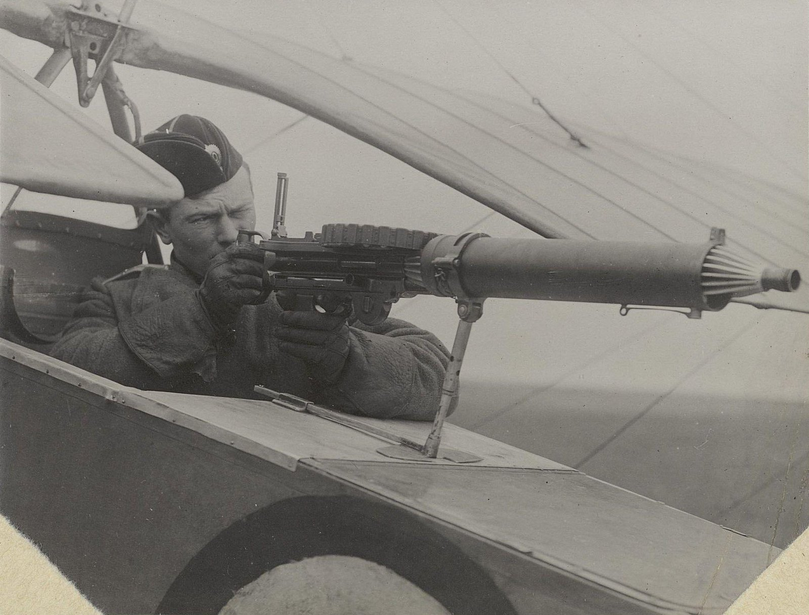 03. Лётчик с пулемётом в кабине самолёта