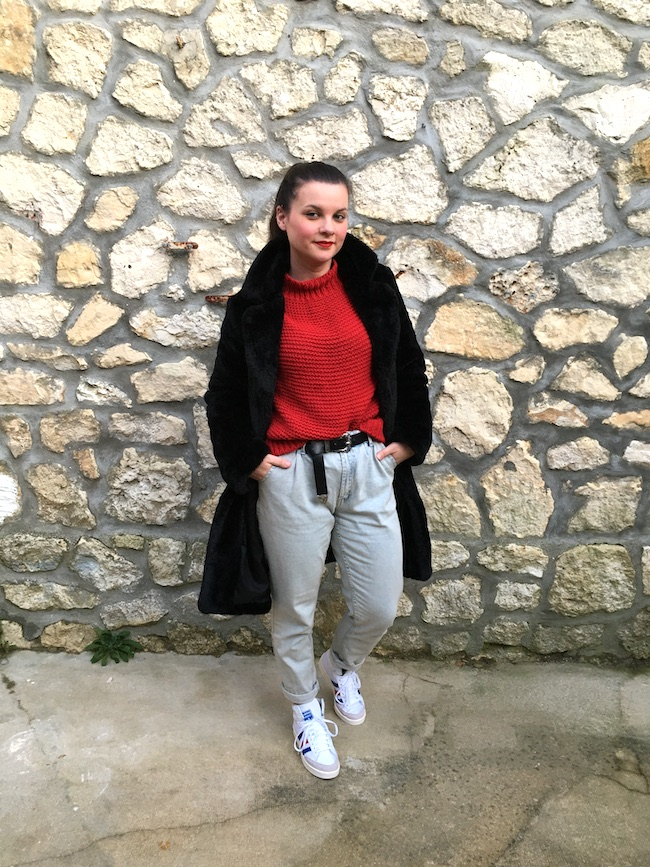 Look en manteau fausse fourrure, pull rouge, jean et baskets