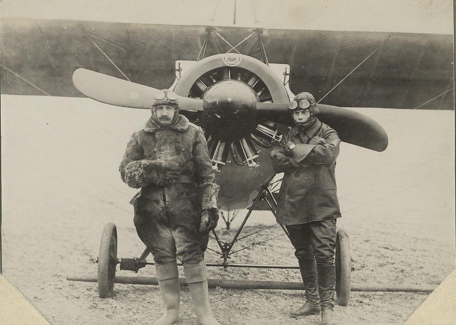 09. Два лётчика у самолёта.