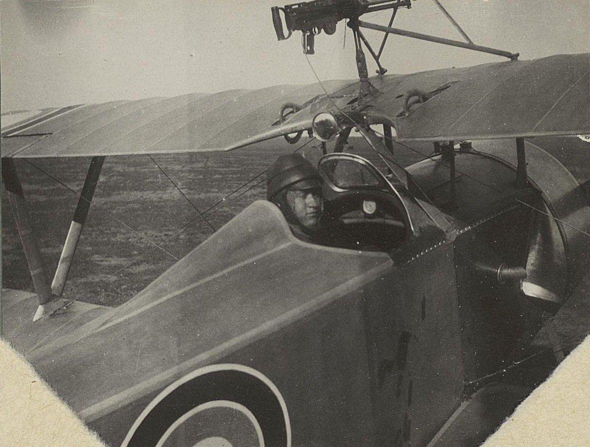 06. Лётчик в кабине самолёта.