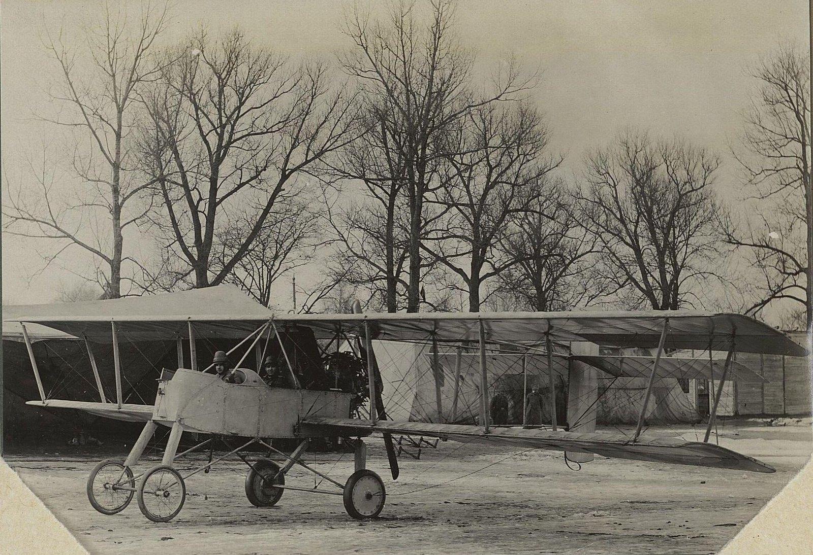 27. 1917. Самолёт «Вуазен» на снегу под деревьями