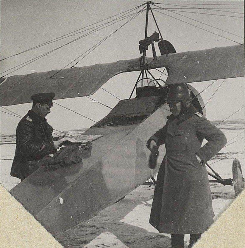 25. 1917. Вылет. Лётчики у самолёта.