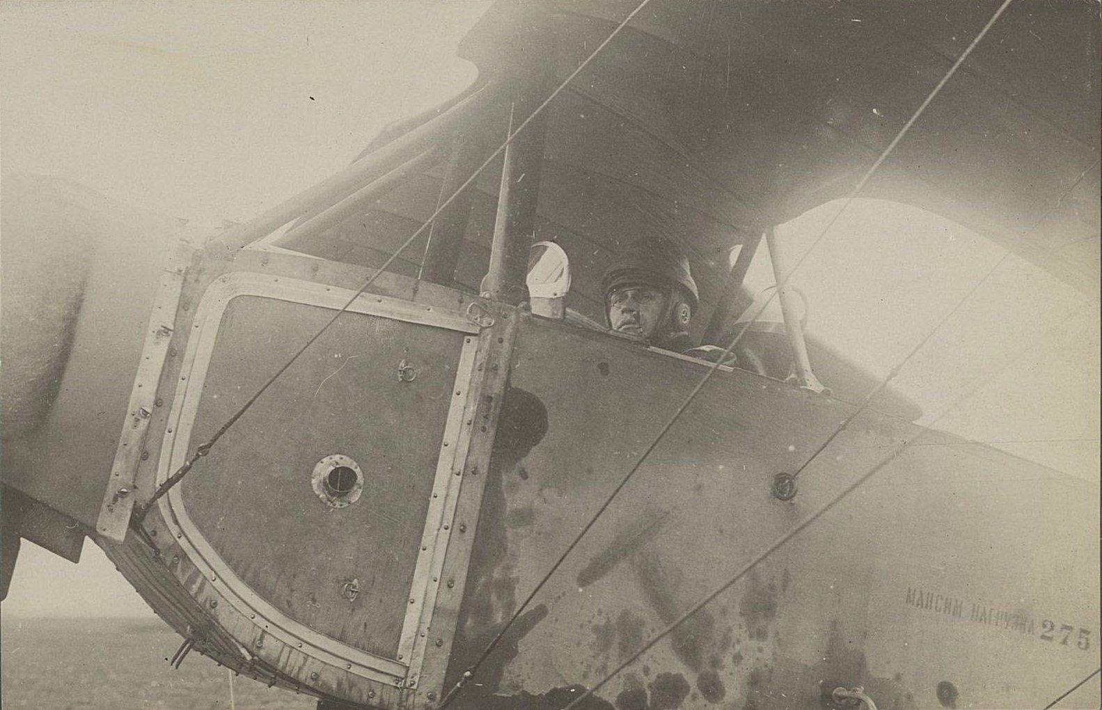 07. Лётчик в кабине самолёта