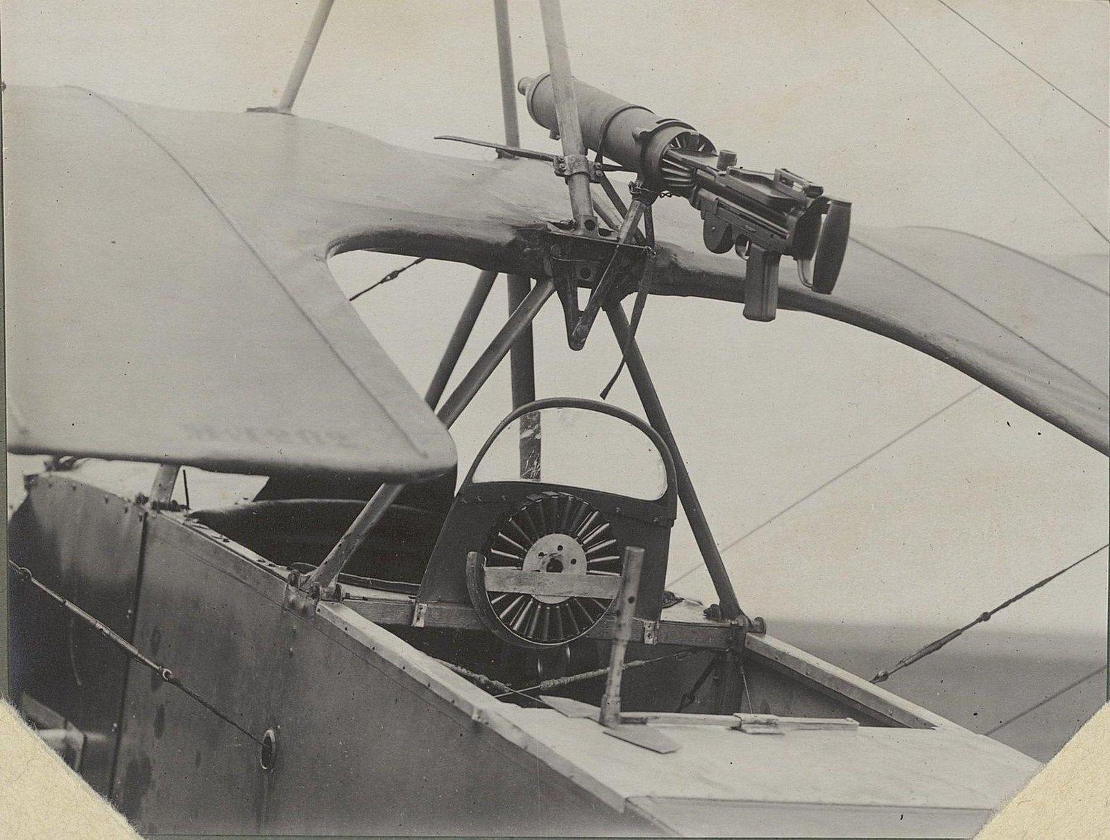 04. Часть самолёта с пулемётом, установленным на крыле