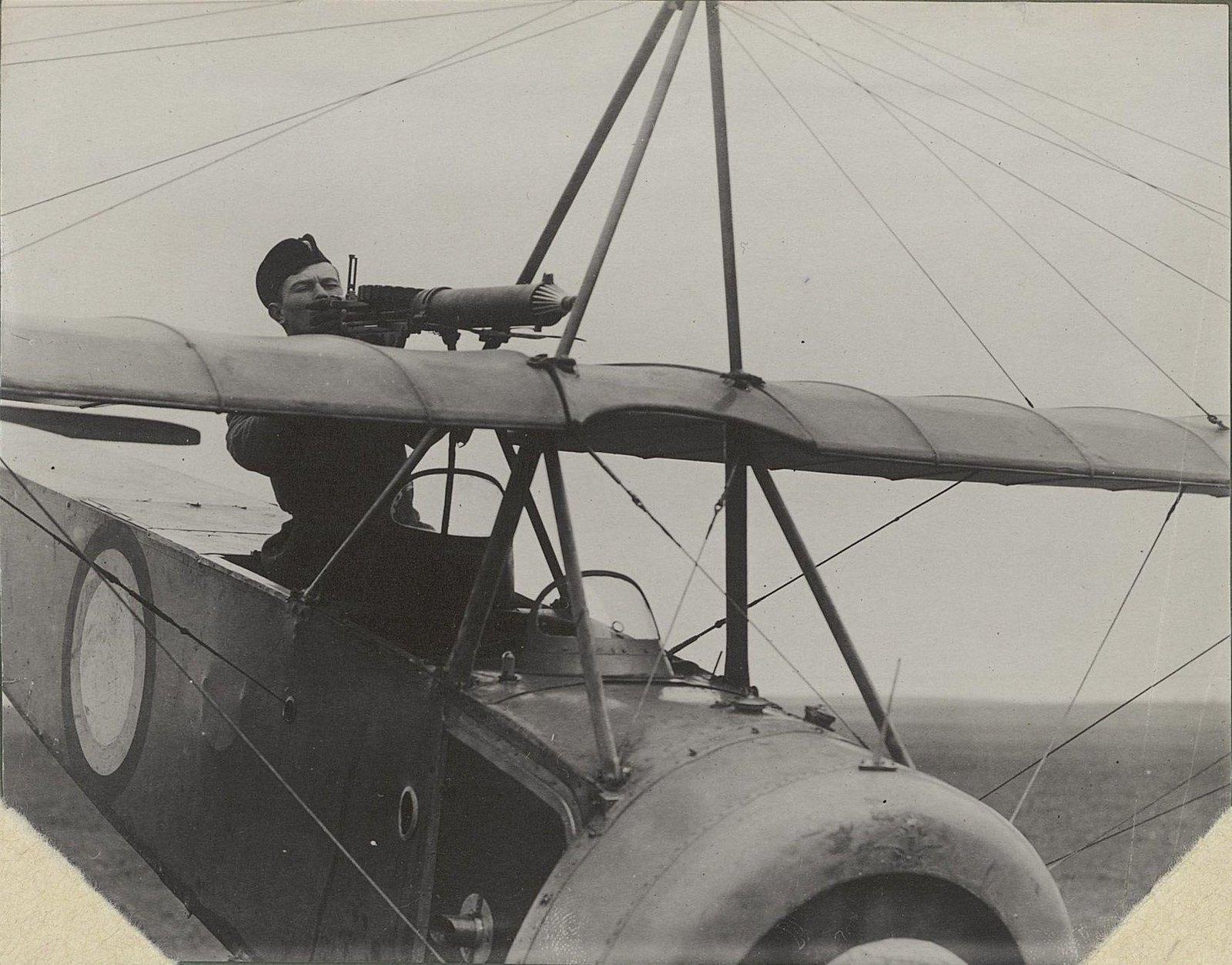 02. Лётчик за пулемётом над крыльями самолёта