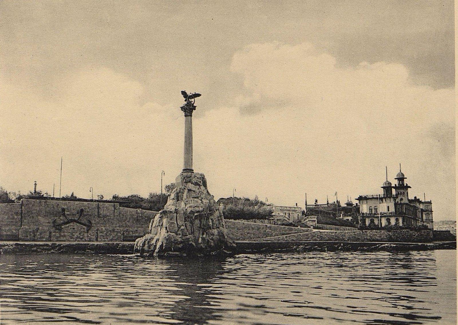 Памятник кораблям, затопленным в 1854 и 1855 годах для заграждения входа на рейд