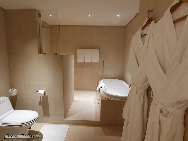 como metropolitan hotel bangkok bath