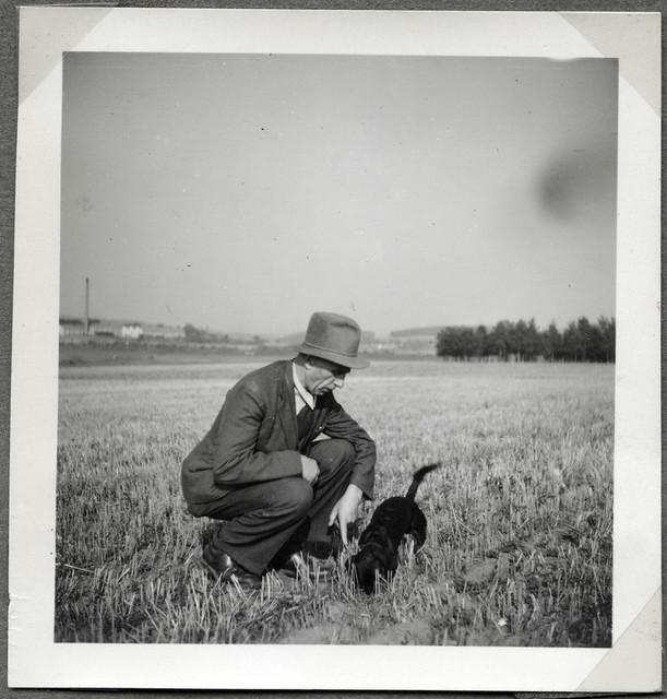 ArchivTappenV712 Porträt, Mann mit Dackel, Münchberg, 2. Oktober 1949