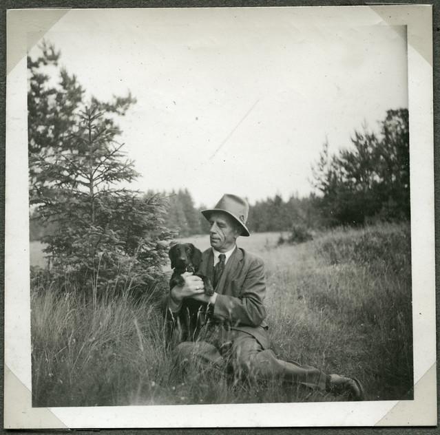 ArchivTappenV709 Porträt, Mann mit Dackel, Eiben bei Münchberg, 25. Juni 1949