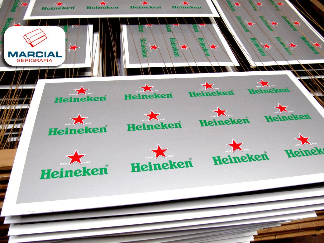 """Material ya impreso por Marcial Serigrafía de la marca de cerveza """"Heineken"""" con impresión serigráfica en color aluminio y rojo, realizado en el taller de Marcial Serigrafía."""