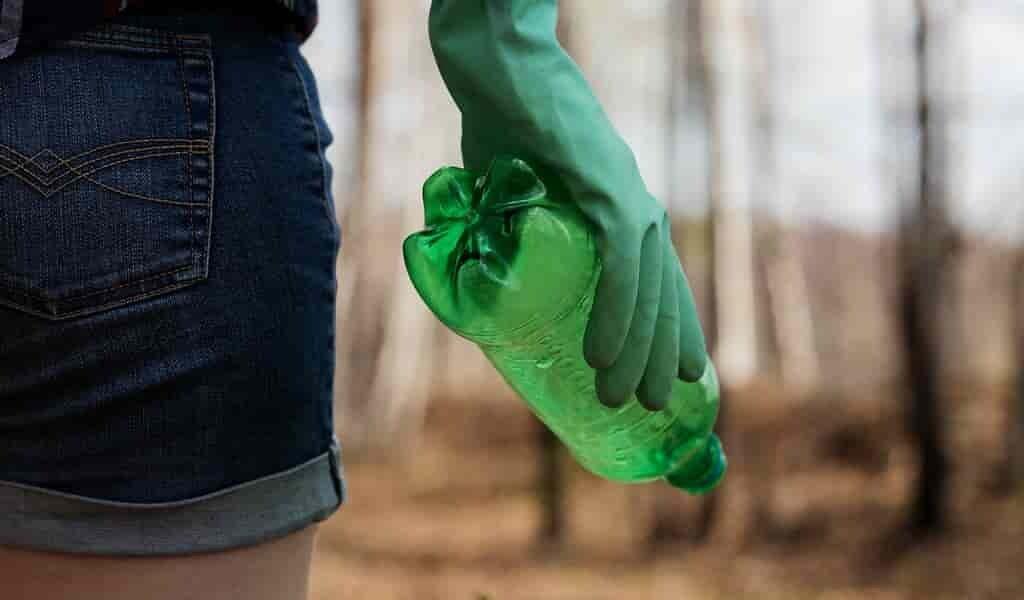 ouvrir-une-bouteille-en-plastique-libère-des-microplastiques