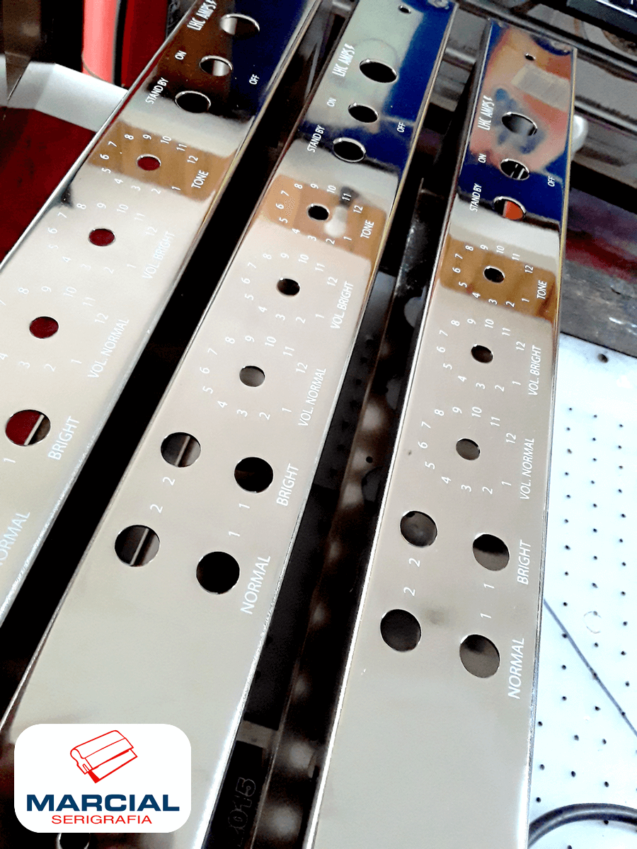 Gabinetes de acero cromado impresos por Marcial Serigrafía a 1 color para la fábrica de amplis Lhc amps.