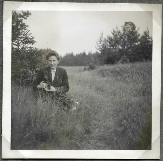 ArchivTappenV710 Porträt, Frau mit Dackel, Eiben bei Münchberg, 25. Juni 1949