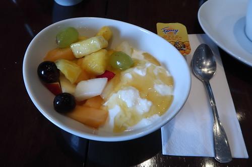 Naturjoghurt mit Obstsalat und Honig