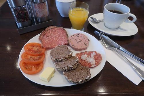 Pfeffersalami, Kräuterleberwurst und Mett mit kleinen Vollkornbrotscheiben